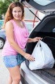 Młoda kobieta w pobliżu własnym samochodem — Zdjęcie stockowe