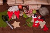 Prezent na Boże Narodzenie i ozdoby drzewo na tle drewniane — Zdjęcie stockowe