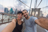 Giovane coppia prendendo selfie sul ponte di brooklyn — Foto Stock