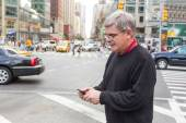 Senior Man Typing on Mobile Phone in New York — Stock Photo