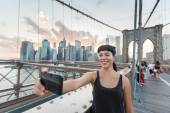 Pretty Young Woman Taking Selfie on Brooklyn Bridge — Stockfoto