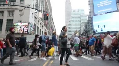 People Crossing the Street during Rush Hour in New York — Stock Video