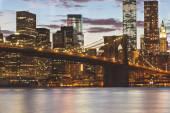 Brooklyn Bridge and Downtown Skyscrapers in New York at Dusk — Foto de Stock