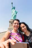 Women Taking Selfie with Statue of Liberty — Zdjęcie stockowe