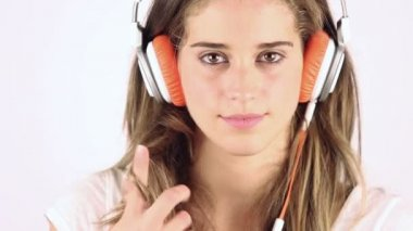 Woman listening music in headphones — Stock Video