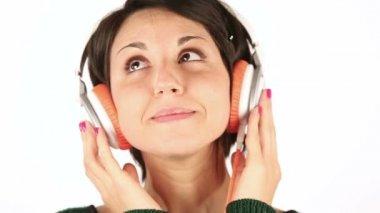 Leende ung kvinna lyssnar musik med hörlurar — Stockvideo