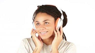 Lächelnd junge Frau, die mit Kopfhörern Musik hören — Stockvideo