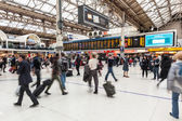 LONDON, UNITED KINGDOM - OCTOBER 25, 2013: Crowded Victoria Stat — Stock Photo