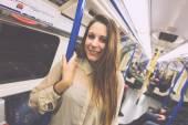 красивая молодая женщина в лондонской трубе — Стоковое фото