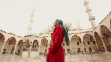 Young Arabian Woman wearing Veil in front of a Mosque — Stockvideo
