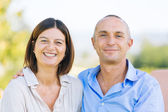 Casal maturo sorridente ao ar livre — Foto Stock