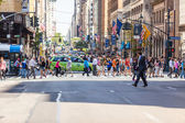 NEW YORK, USA - AUGUST 28, 2014: Crowded 5th Avenue with tourist — Stock Photo