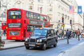 Famous Black Cab and Double-Decker Red Bus — Stock Photo