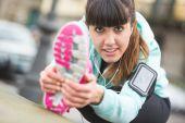 Młoda kobieta robi ćwiczenia — Zdjęcie stockowe