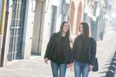 Female Twins Walking on Sidewalk in the City — Stock Photo