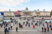 Crowded Trafalgar Square with National Gallery, blurred backgrou — Stock Photo