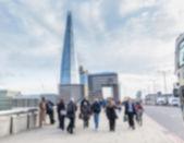 Suddig bakgrund, turister och pendlare gå på London Bri — Stockfoto