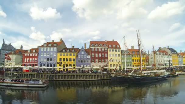 Coloridas casas en el casco antiguo de Copenhague — Vídeo de stock
