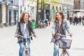Two women going by bike in Copenhagen. — Fotografia Stock