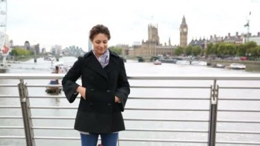 Young woman taking a selfie in London with Thames and Big Ben on background — Stock Video