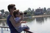 Criança olhando através de binóculos — Foto Stock