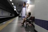 Menina no banco na plataforma do metrô — Fotografia Stock