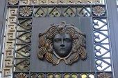 Medusa on a gate — Stock Photo