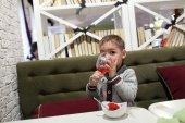 Child drinking lemonade — Stock Photo