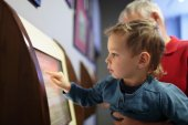 Kind mit Touch-screen — Stockfoto