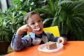 Child eating cake — Stock Photo