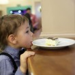 Child licking plate with cake — Stockfoto #61685055