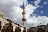 Blue Mosque courtyard and minaret — Стоковое фото