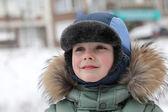 Preschooler in winter park — Stockfoto