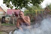 Man smoking at picnic — Stock Photo
