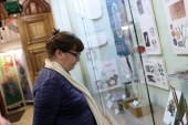 Senior woman looking at exhibit — Stock Photo