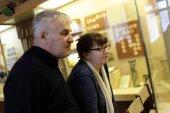 Senior couple in museum — Stock Photo