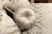 Almofada redonda numa cama — Fotografia Stock