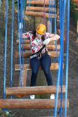 Bir oturum açma kadın dağcı rahatlatır — Stok fotoğraf