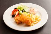 Fried cheese with salad and potatoes — Stockfoto