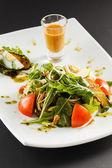 Salat mit dressing — Stockfoto