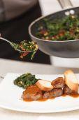 厨师制作肉 — 图库照片