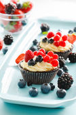 Пироги ягодами на тарелке — Стоковое фото