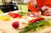 Man cutting vegetables — Stockfoto
