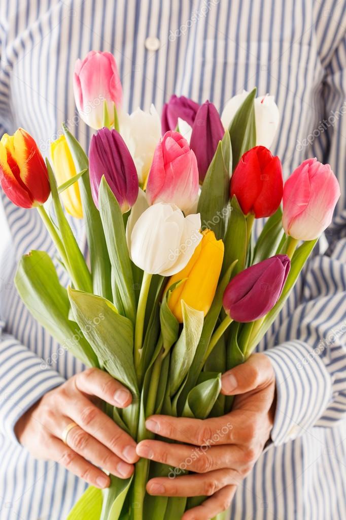 Открытка тюльпаны в руке