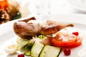 Gegrillte Wachteln mit Salat — Stockfoto