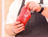 Szef kuchni z surowego stek — Zdjęcie stockowe