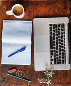 Computer portatile sul tavolo con il taccuino — Foto Stock