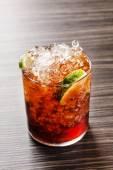 Lecker Cocktail mit Kalk — Stockfoto