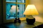 靠窗户的黄色灯 — 图库照片