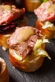 Canape mit Rindfleisch — Stockfoto